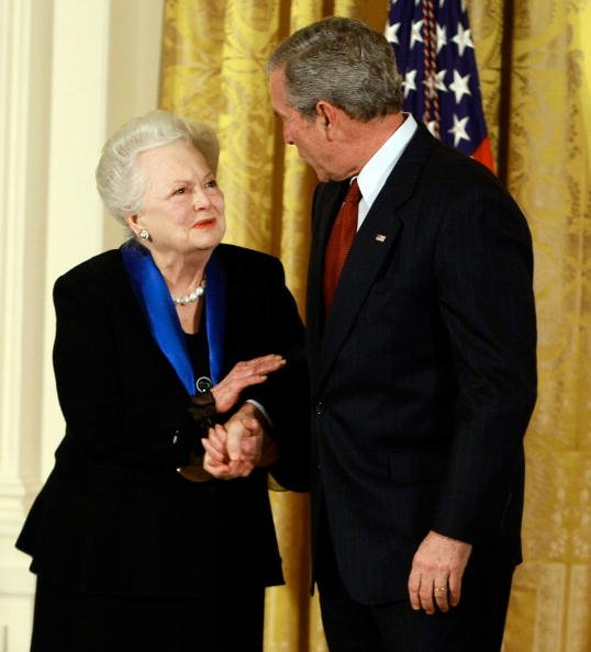 Olivia de Havilland, President George W. Bush, National Medals Of Arts And National Humanities Medals, 2008 | Quelle: Getty Images