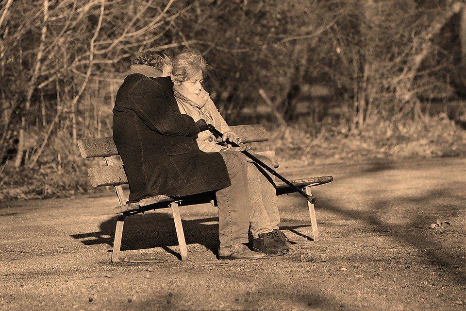 Un couple âgé discutant sur un banc. | Photo : Pixabay