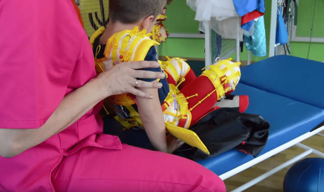 El pequeño Hugo realizando su terapia en compañía de su terapeuta. | Imagen: YouTube/AMIGOSDEGALICIA