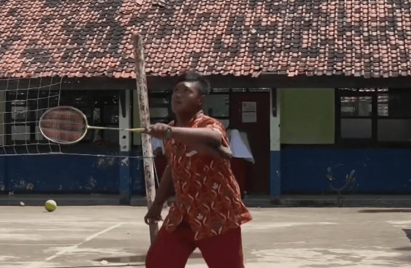 Arya Permana practicando deporte después de perder peso. | Imagen: YouTube/ Al Rojo Vivo