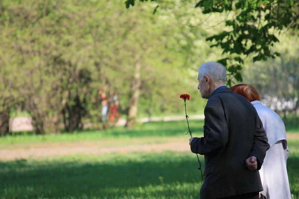 Altes Ehepaar mit Rose | Quelle: Pixabay