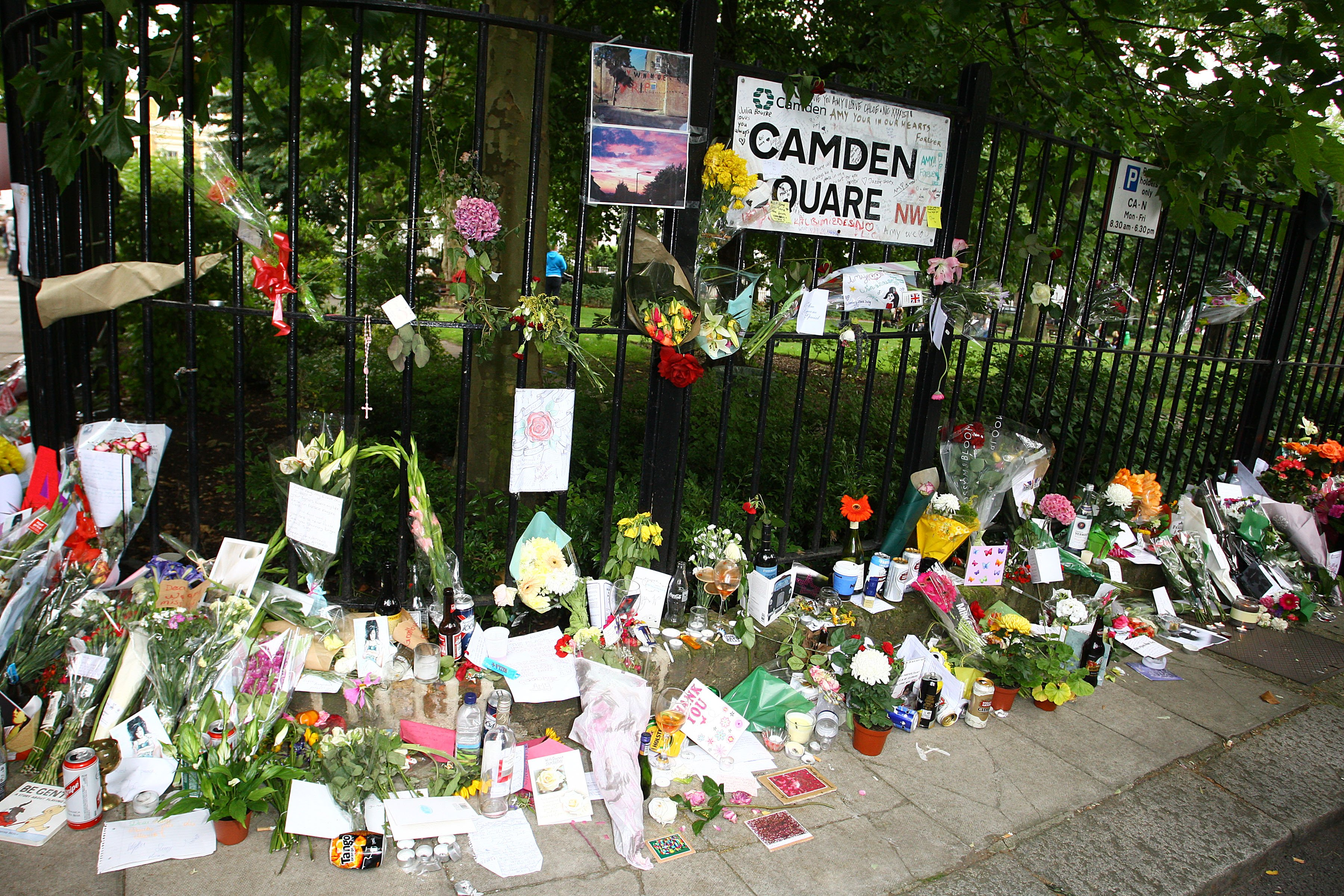 Tributes left at Amy Winehouse's home in Camden Square on July 26, 2011 | Photo: Getty Images