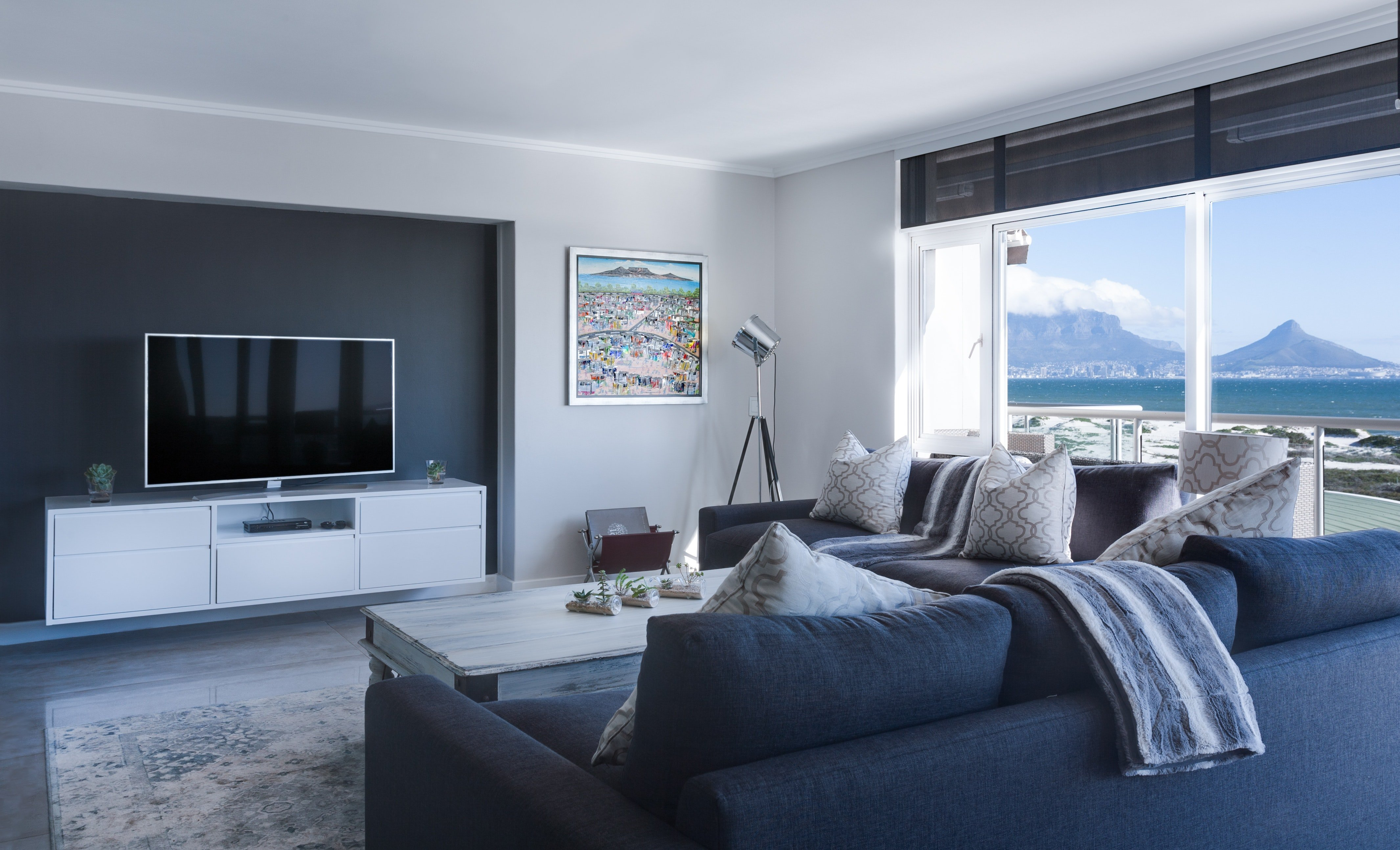 Pictured - A living room with an ocean view | Source: Pexels