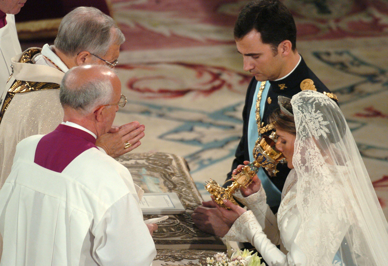 Felipe de Borbón y Letizia de Ortiz contraen matrimonio en la catedral Almudena en mayo de 2004 || Fuente: Getty Images
