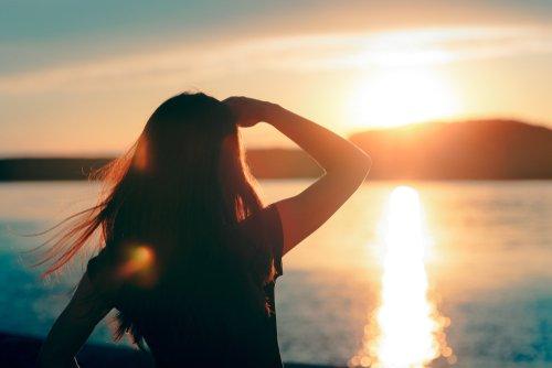 Silueta de una joven soñadora mirando el horizonte. | Fuente: Shutterstock
