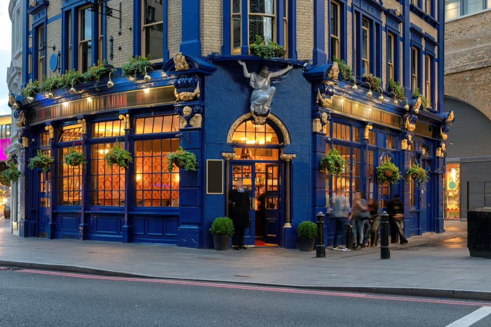 English traditional pub in central London, United Kingdom | Photo: Shutterstock/Lucky-photographer