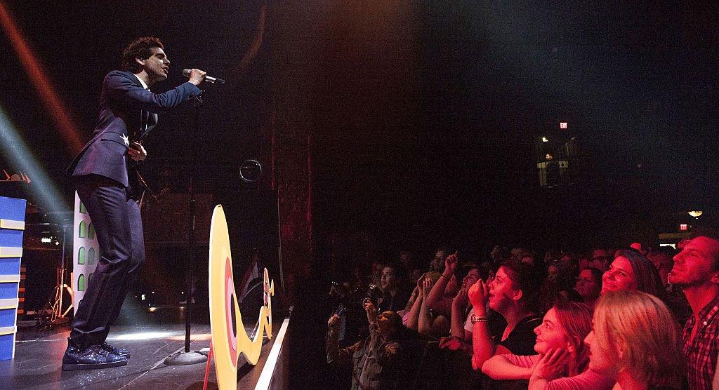 Mika sur scène à Los Angeles. l Source : Getty Images