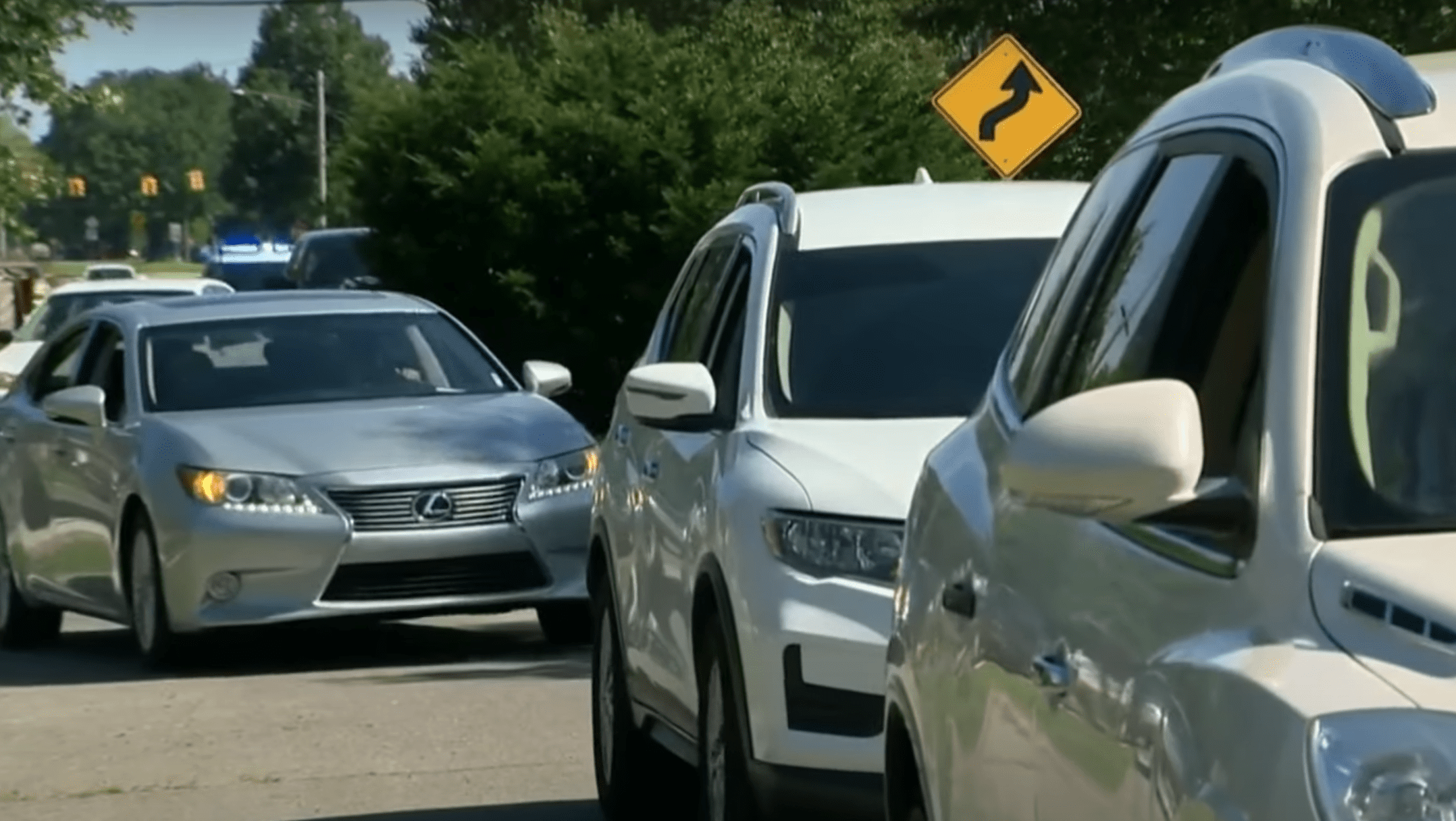 Neighbors drive in convey and hold a honking parade in honor of an elderly couple's 75th wedding anniversary | Photo: Youtube/Click On Detroit | Local 4 | WDIV