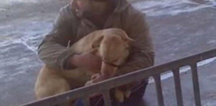 Hombre abrazando a perro / Imagen tomada de: YouTube / SlideShow ForFun