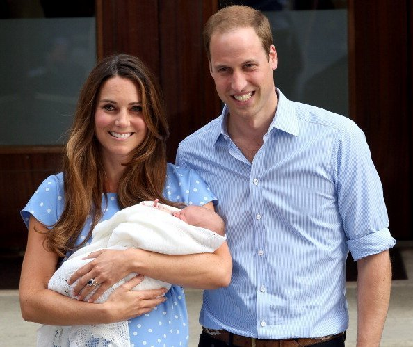 Kate Middleton y el Príncipe William presentan al Príncipe George al mundo en los escalones del Hospital St Mary's | Foto: Getty Images