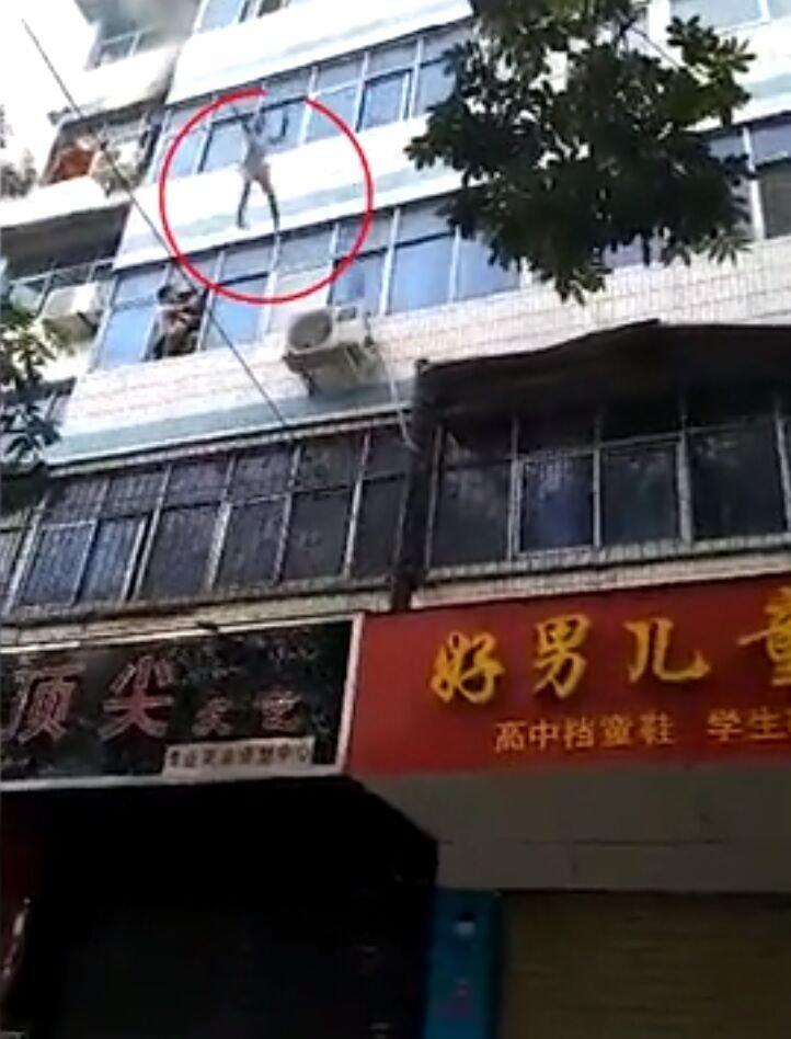 Niña cae de edificio en llamas. | Foto: YouTube/New York Post