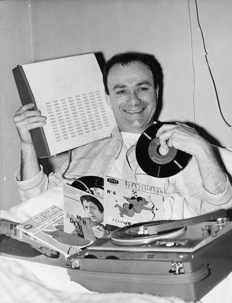 Fernand Raynaud un vinyl à la main. l Source : Getty Images