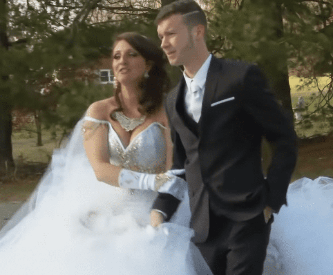 Kyle getting ready to walk Cearia down the aisle. | Photo: youtube.com/tlc uk