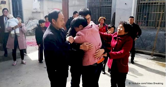 Hombre secuestrado por extraño hace 21 años es reunido con sus padres perdidos