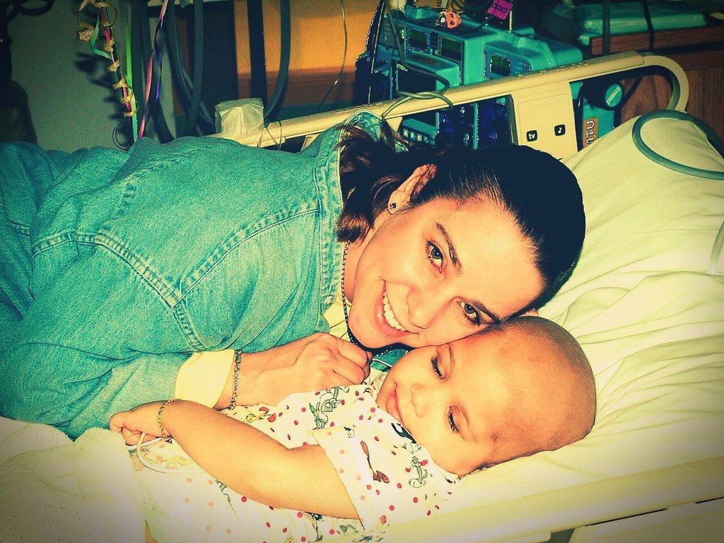 Madre junto a su pequeño con leucemia. | Imagen: Flickr