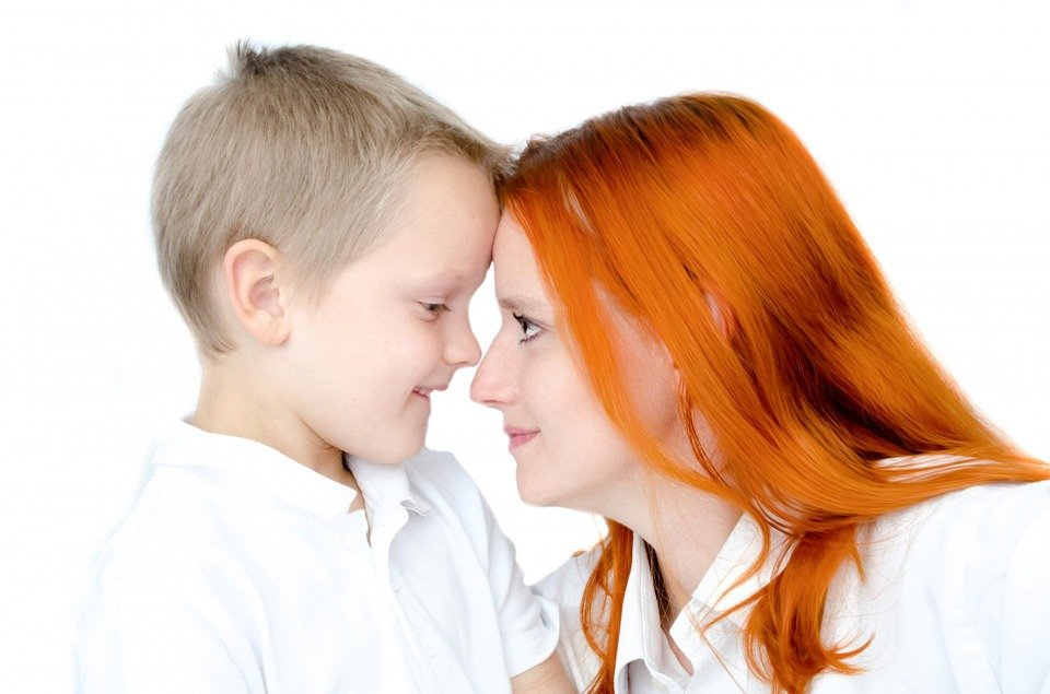 Mother and son staring into each other's eyes. | Photo: Pixabay