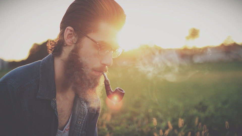 Persona fumando / Imagen tomada de: Pixabay