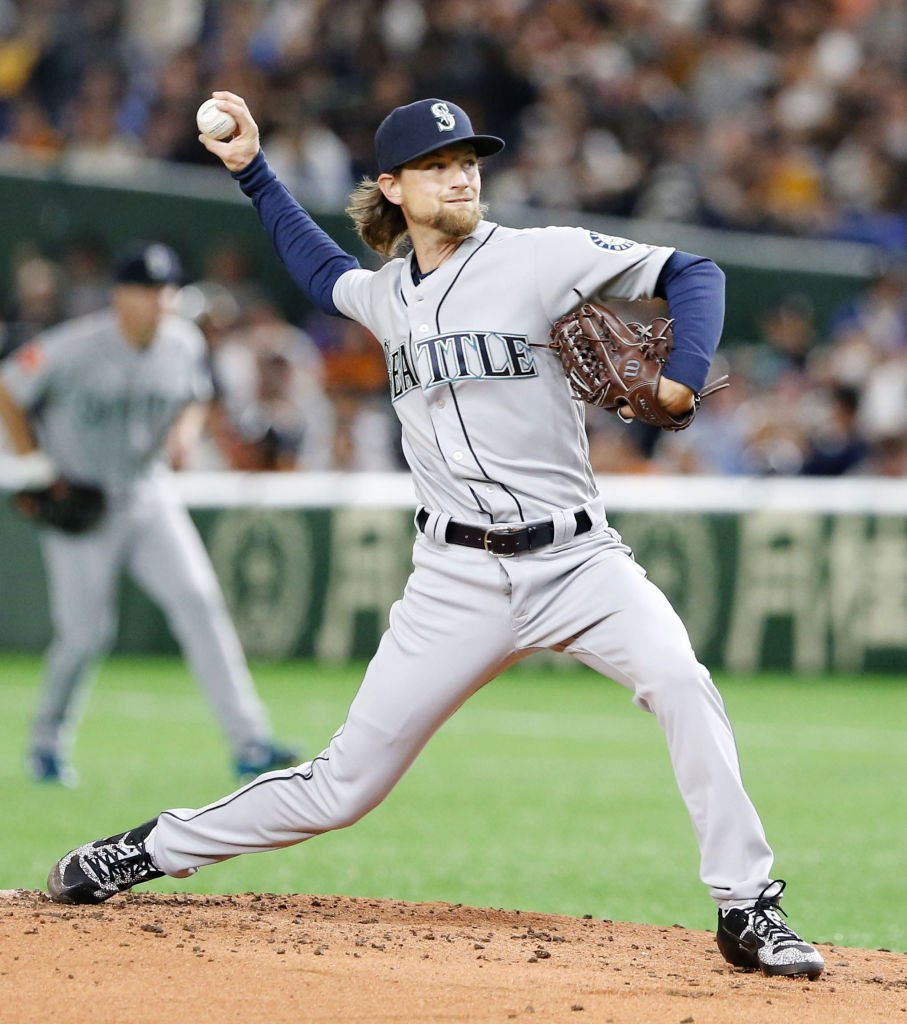 Mike Leake pitches in an exhibition game against the Yomiuri Giants on March 17, 2019   Photo: Getty Images