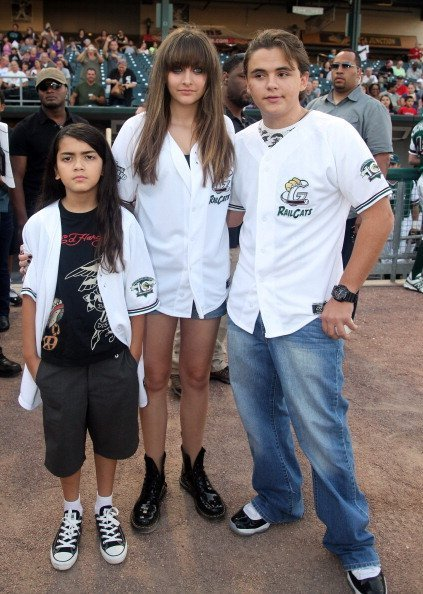 Blanket, Paris and Prince Jackson attend a baseball game at U.S. Steel Yard on August 30, 2012 in Gary, Indiana | Photo: Getty Images
