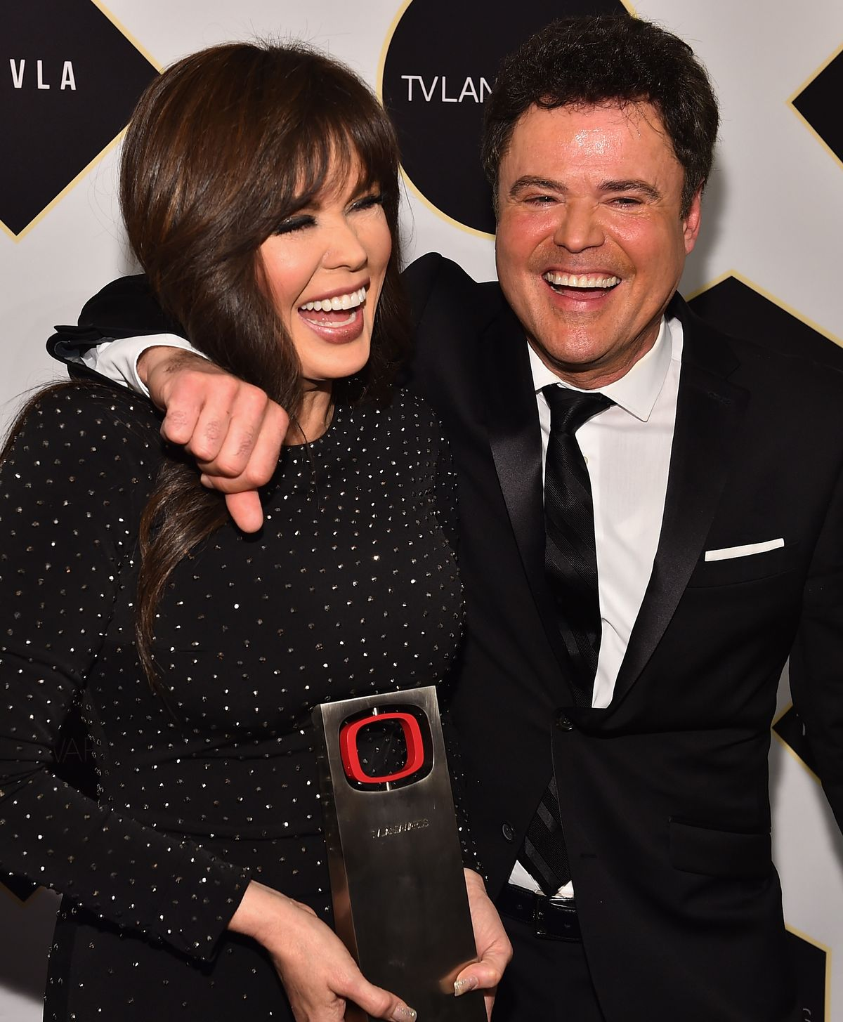 Singers Marie Osmond and Donny Osmond pose backstage with the Pop Culture Award at the 2015 TV Land Awards at Saban Theatre on April 11, 2015 | Photo: Getty Images