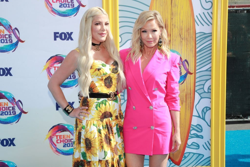 Tori Spelling (L) and Jennie Garth attend FOX's Teen Choice Awards 2019 | Photo: Getty Images
