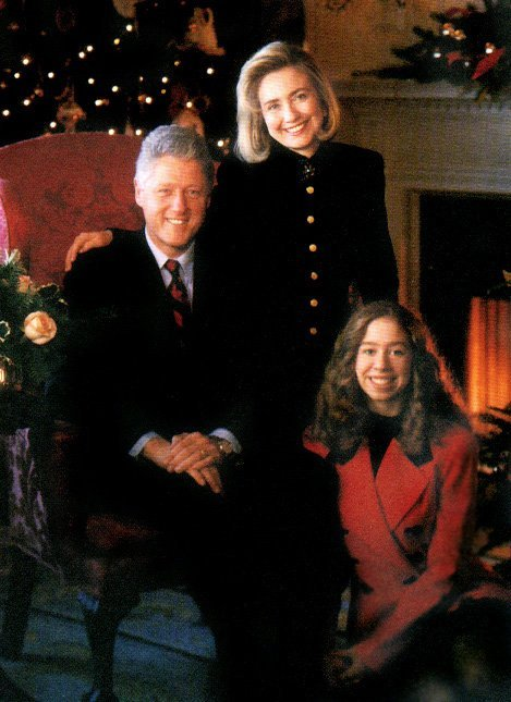The Clintons in a White House Christmas portrait, 1993 | Source: Wikimedia
