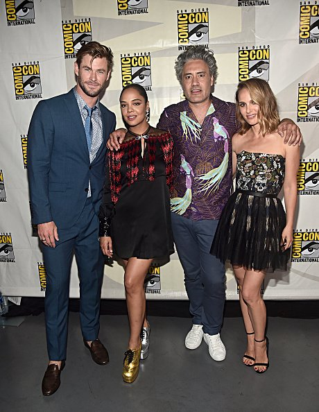 "Chris Hemsworth, Tessa Thompson, Taika Waititi y Natalie Portman de ""Thor: Love and Thunder"" de Marvel Studios en el Panel de Marvel Studios de San Diego Comic-Con International 2019 en el Hall H el 20 de julio de 2019 en San Diego, California. 