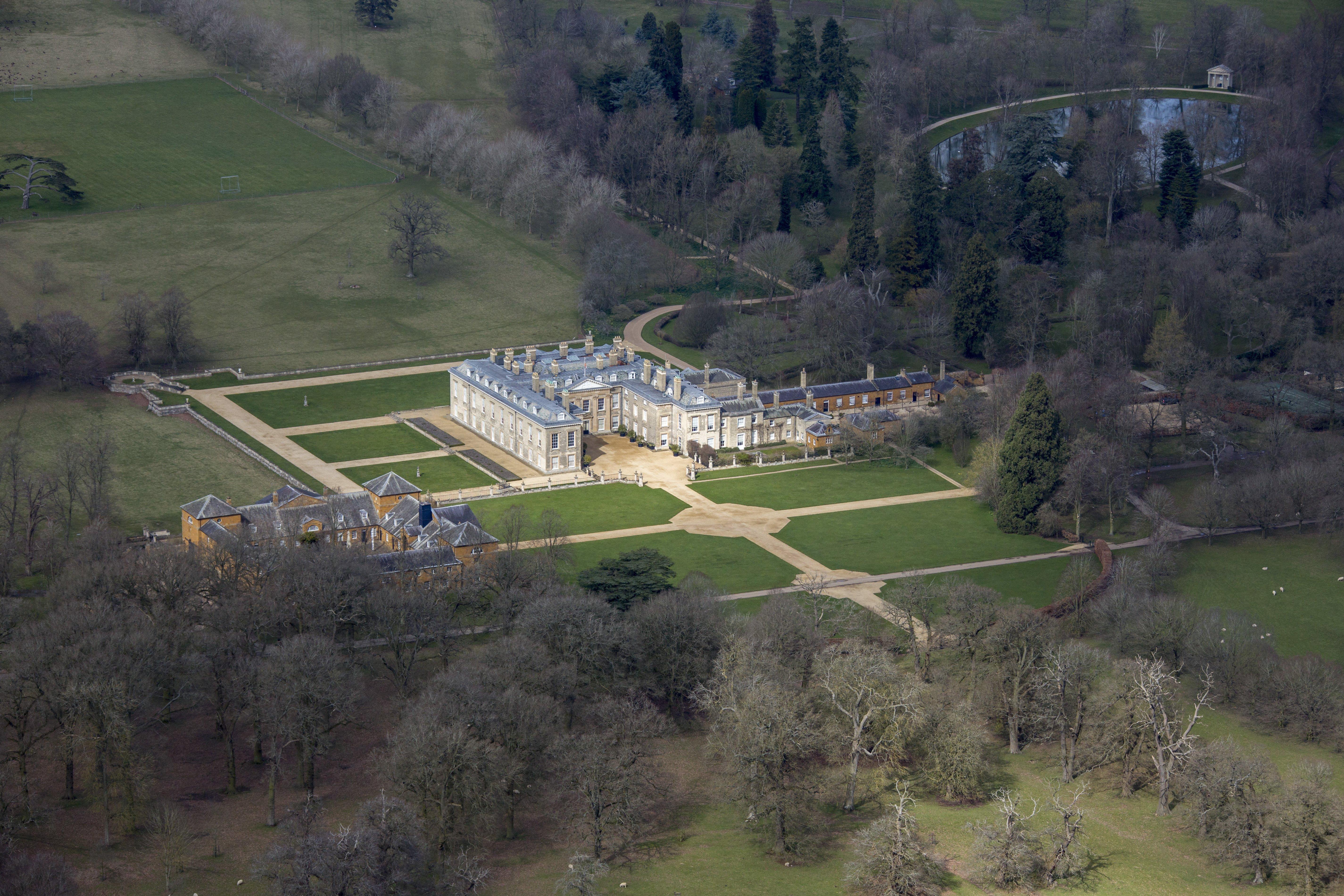 Vista aérea de la Casa Althorp, el lago del Óvalo y los terrenos de la propiedad donde se crió y yace enterrada Lady Diana Spencer, quien sería la Princesa de Gales, en Harlestone Road, a 5 millas de Northampton | Fuente: Getty Images