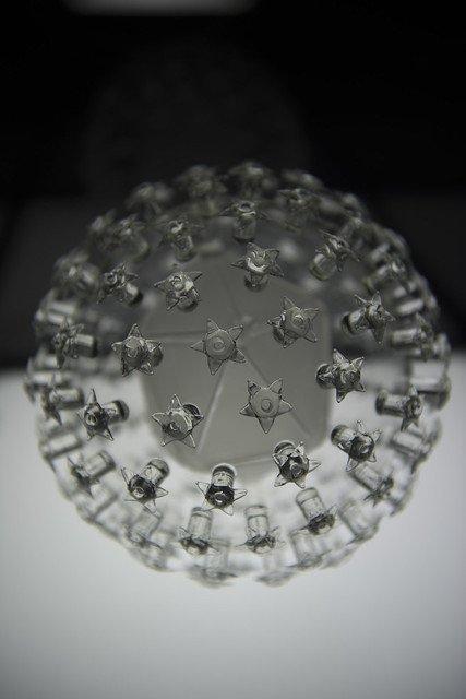 Une représentation en verre du Papillomavirus. l Source: Flickr