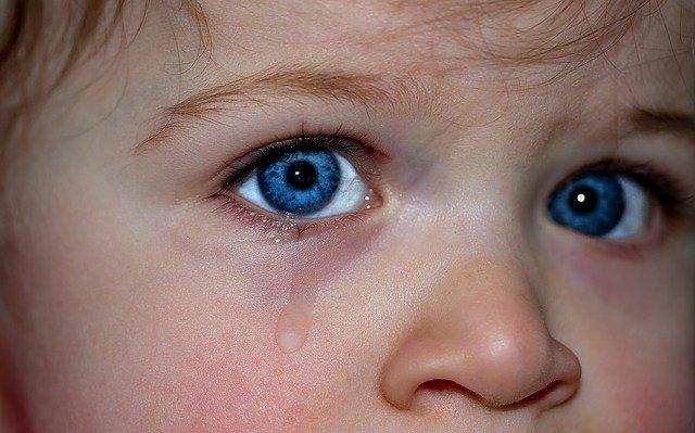 Ojos de un niño llorando. Fuente: Pixabay