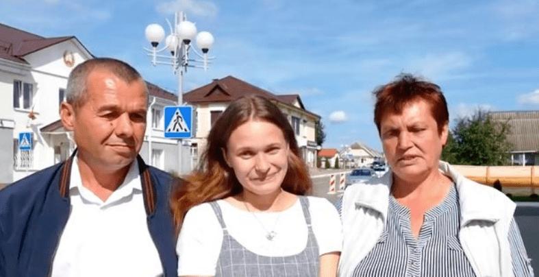 Yulina Gorina réunie avec ses parents.   Capture d'écran vidéo dailymail.co.uk
