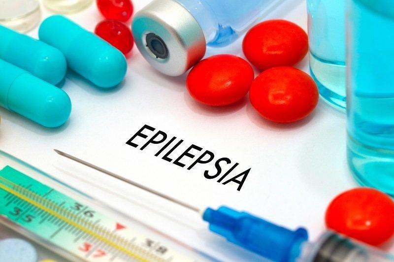 Medicinas en escritorio. Fuente: Shutterstock