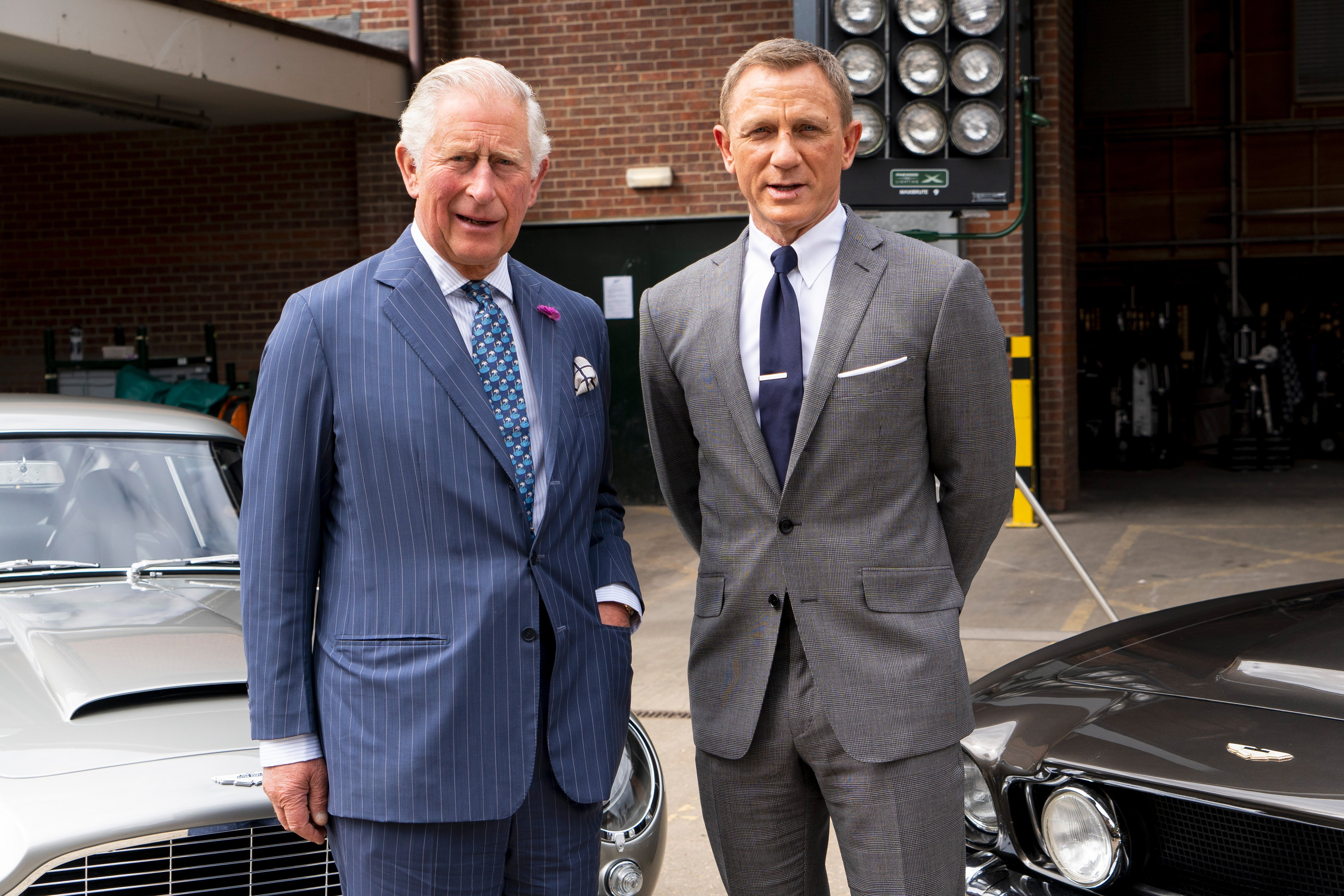 "Prince Charles s'entretient avec Daniel Craig lors d'une visite du 25e film ""James Bond"" 