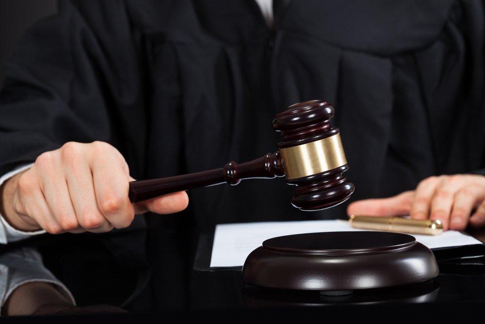A judge pounding a gavel | Photo: Shutterstock