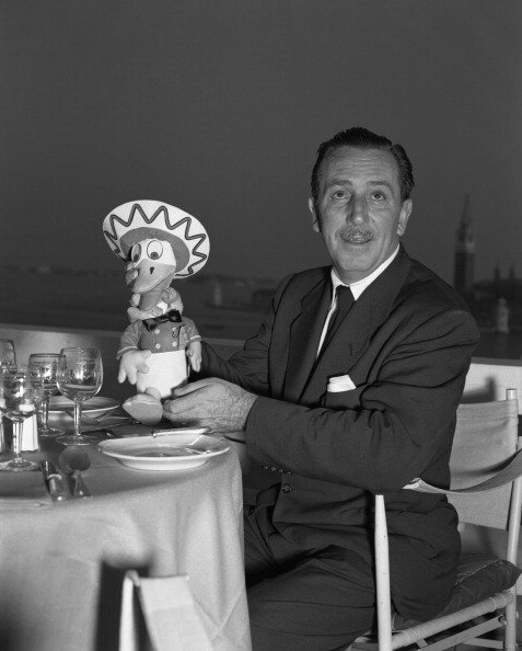 Walt Disney having a meal at a restaurant in 1951. | Photo: Getty Images