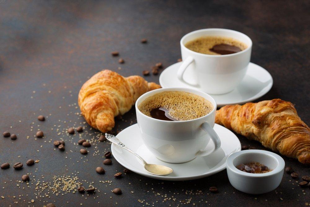 Café, croissants, petit déjeuner. | Photo: Shutterstock