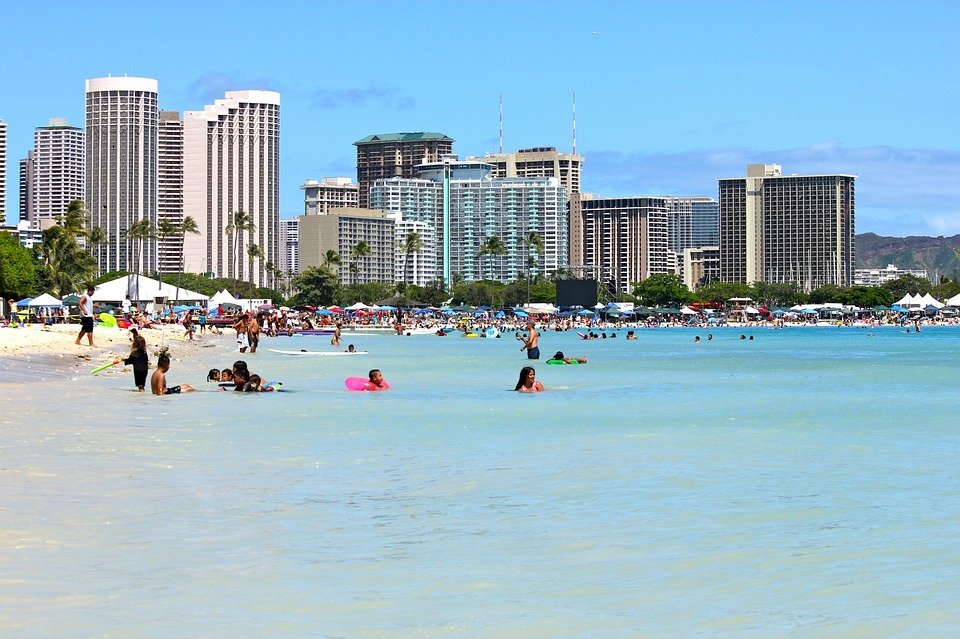 People relaxing on a beach in Hawaii | Photo: Pixabay