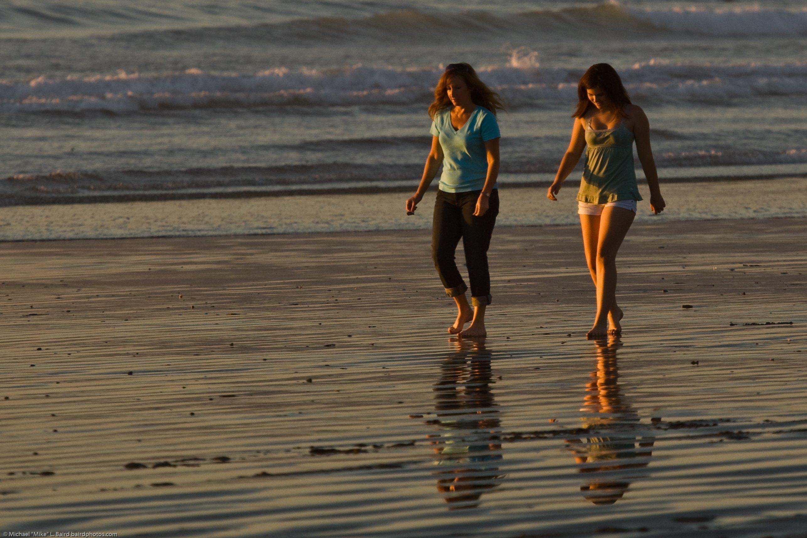 Madre e hija caminando por la playa. | Imagen: Wikimedia Commons