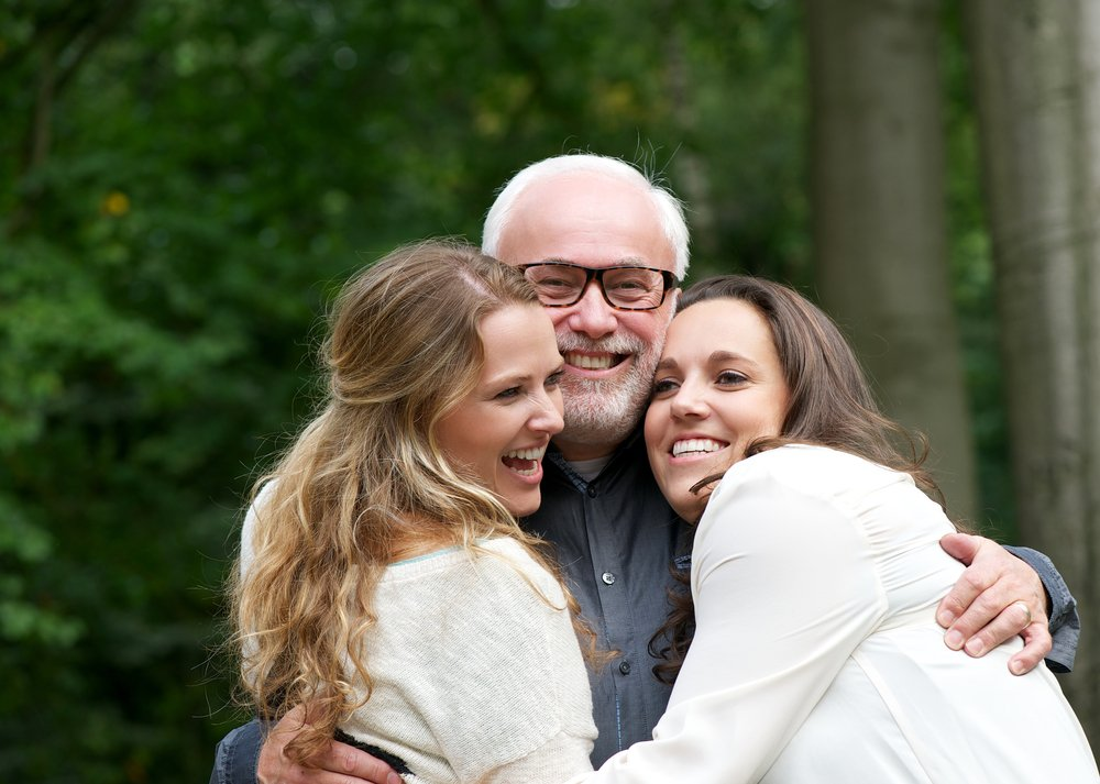 A father with two daughters. | Photo: Shutterstock
