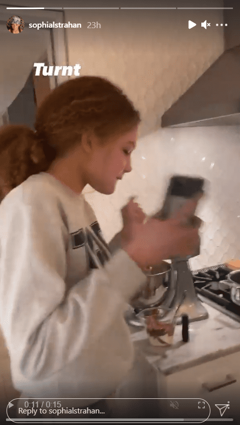 A screenshot of Michael Strahan's daughter Sophia having a fun time in the kitchen cooking. | Photo: Instagram/Sophianlstrahan