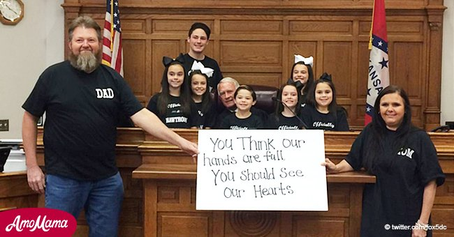 Pareja de Arkansas adopta 7 hermanitos tras pasar 1035 días en hogar temporal a días de Navidad