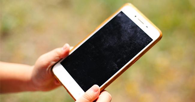 Un garçon en larme demande le retour de son téléphone perdu avec la photo de sa mère décédée