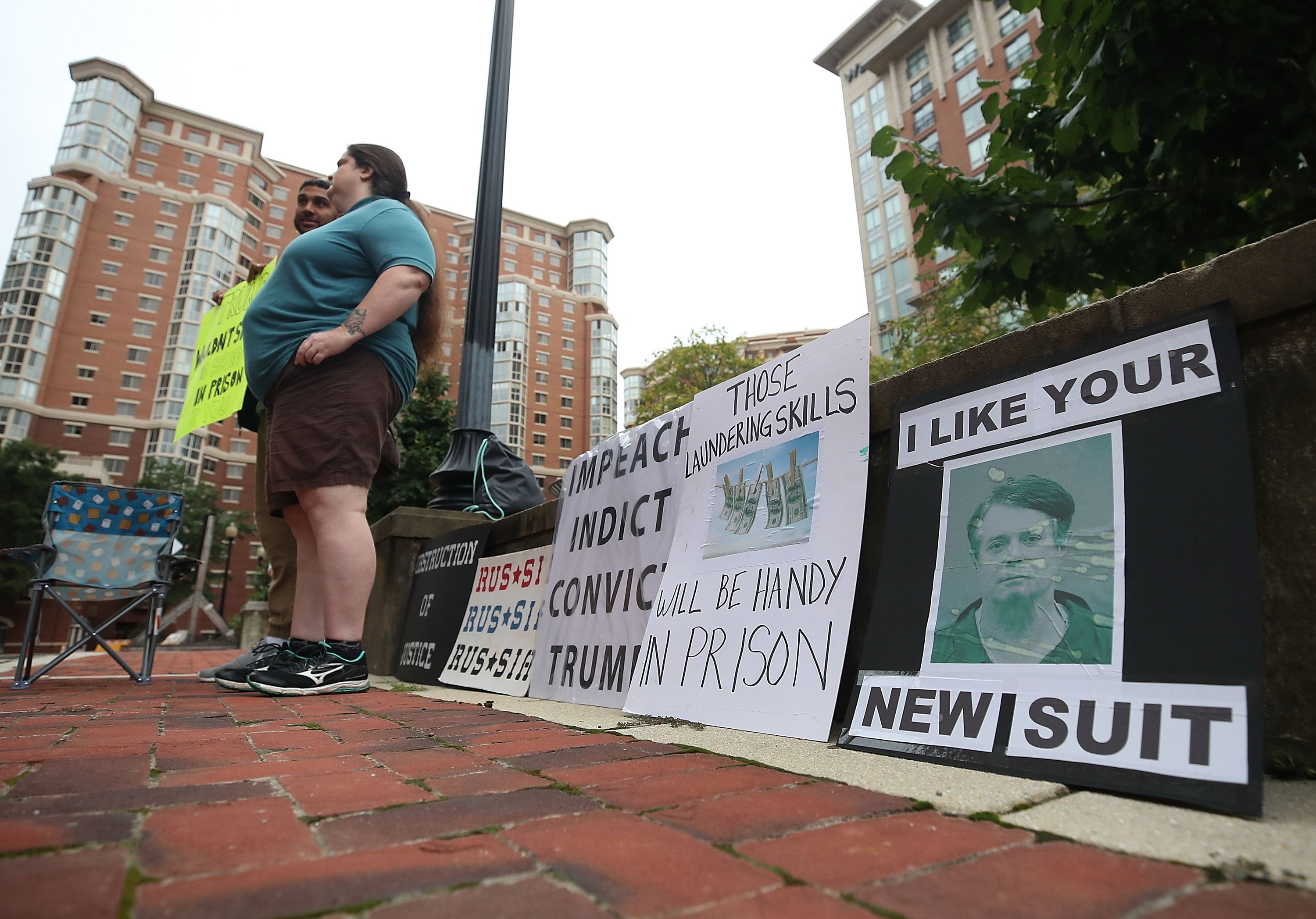 Anti Manafort protesters outside the Albert V. Bryan United States Courthouse in the summer of 2018 | Photo: Getty Images