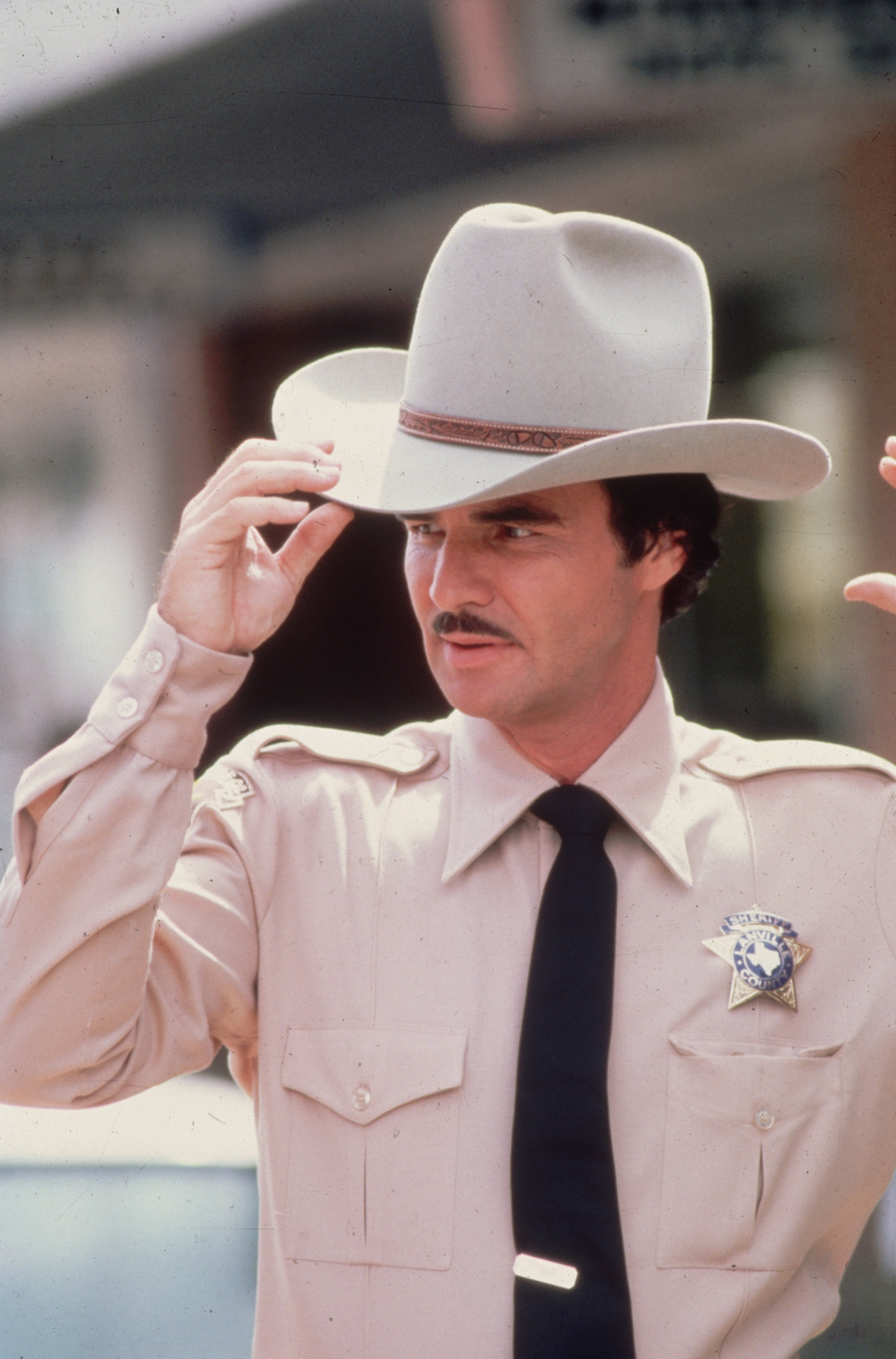 Burt Reynolds dressed as a sheriff circa 1985. | Source: Getty Images