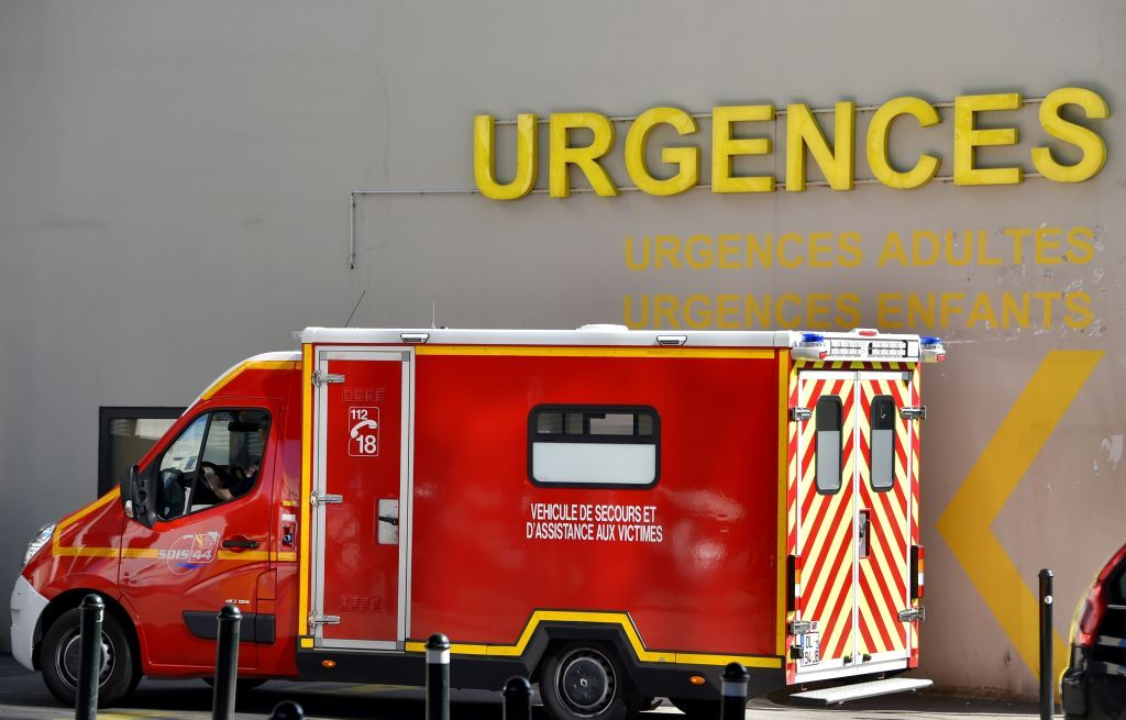 A firefighter truck is ridden in front of the emergency service of the Nantes CHU Hospital on March 16, 2017 in Nantes, western France. / AFP PHOTO / LOIC VENANCE. | Quelle: LOIC VENANCE/AFP via Getty Images