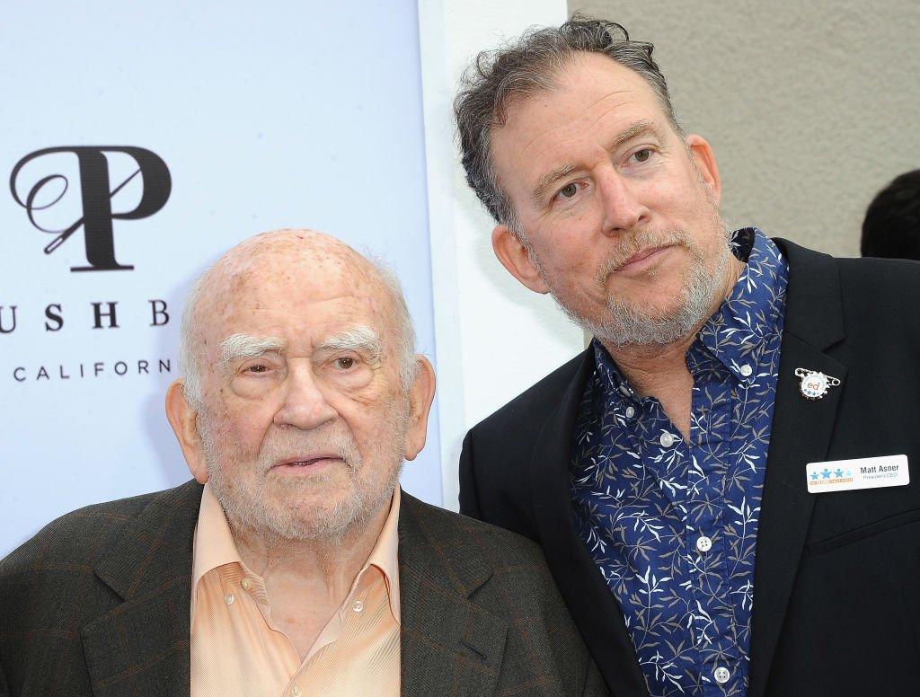 Ed Asner mit seinem älteren Sohn, Matt Asner, bei der 7th Annual Ed Asner And Friends Poker Tournament Celebrity Night, 2019 | Quelle: Getty Images