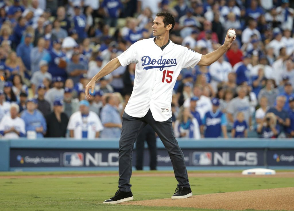 Former Los Angeles Dodgers player Shawn Green throws out the ceremonial first pitch  on October 15, 2018   Photo: Getty Images