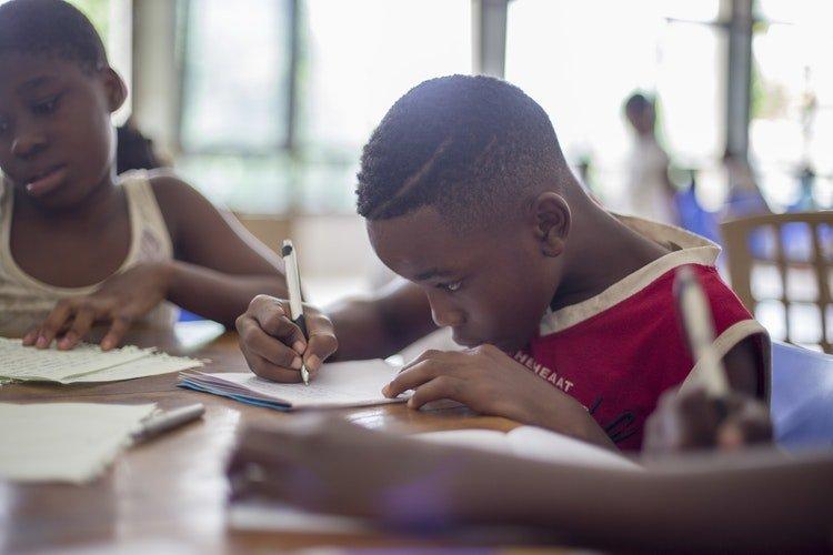 Un élève concentré sur son devoir. | Photo : Unsplash