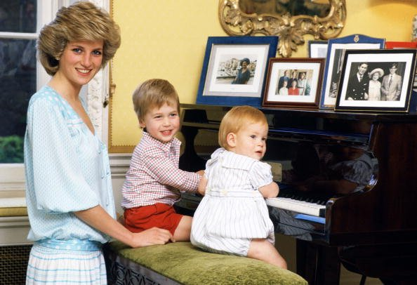 Diana, Princesse de Galles avec ses fils, le Prince William et le Prince Harry, au piano du Kensington Palace.| Photo : Getty Images.