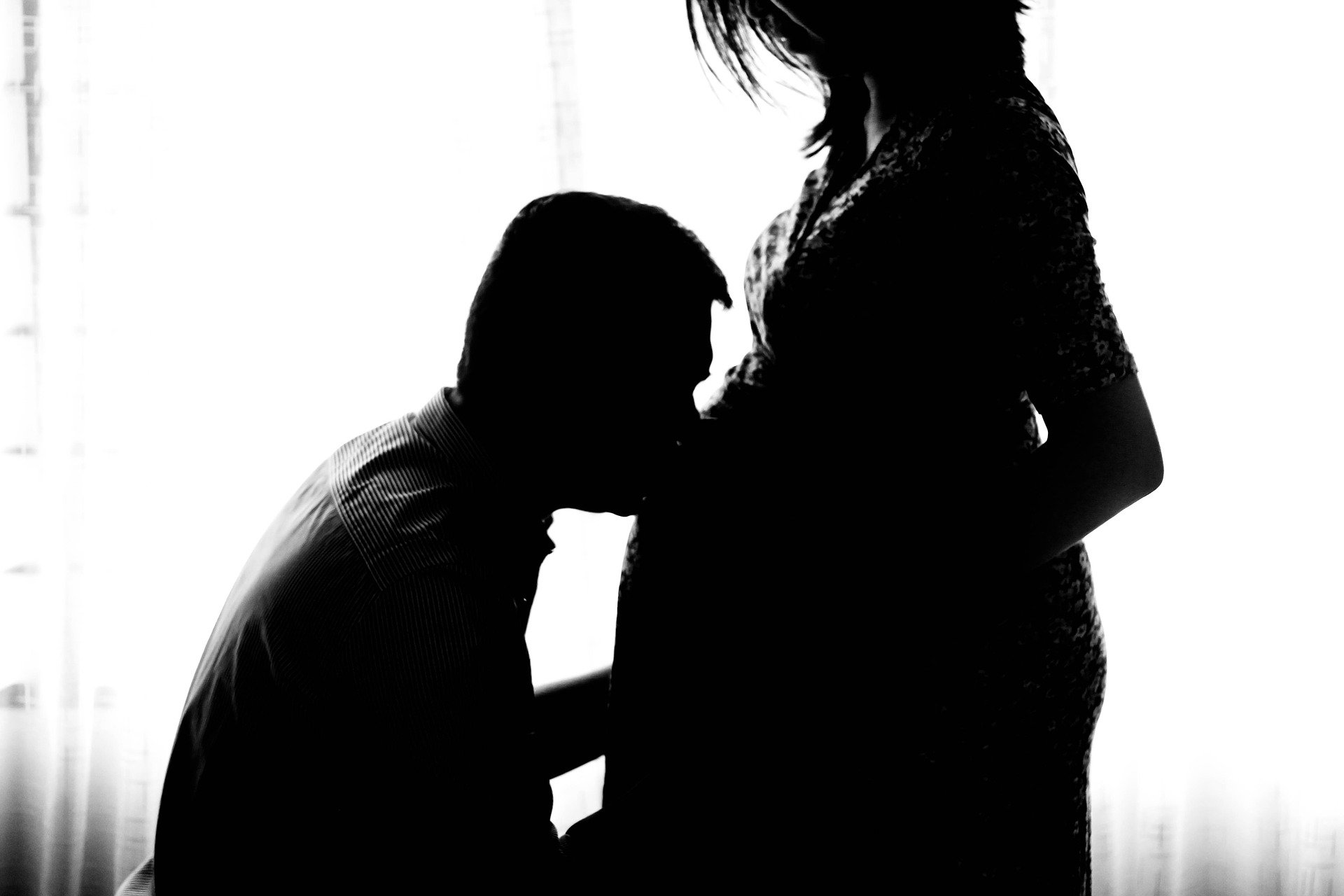 Man kissing pregnant wife's stomach | Source: Pixabay